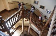 Escaliers du hall conduisant à la partie hébergement
