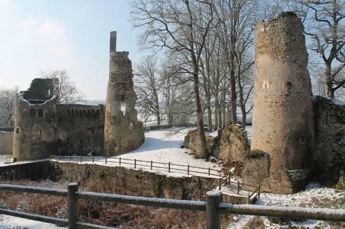 les ruines du vieux chateau sous la neige